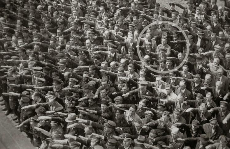 Германы ажилчин Август Ландмессер еврей эхнэртэй бөгөөд Гитлертэй мэндлэхээс татгалзаж байгаа нь. Гамбург, 1936 он.